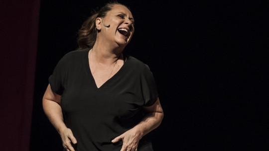 Elizabeth Savala brinca com crise da meia-idade em peça: 'Rugas contam história'
