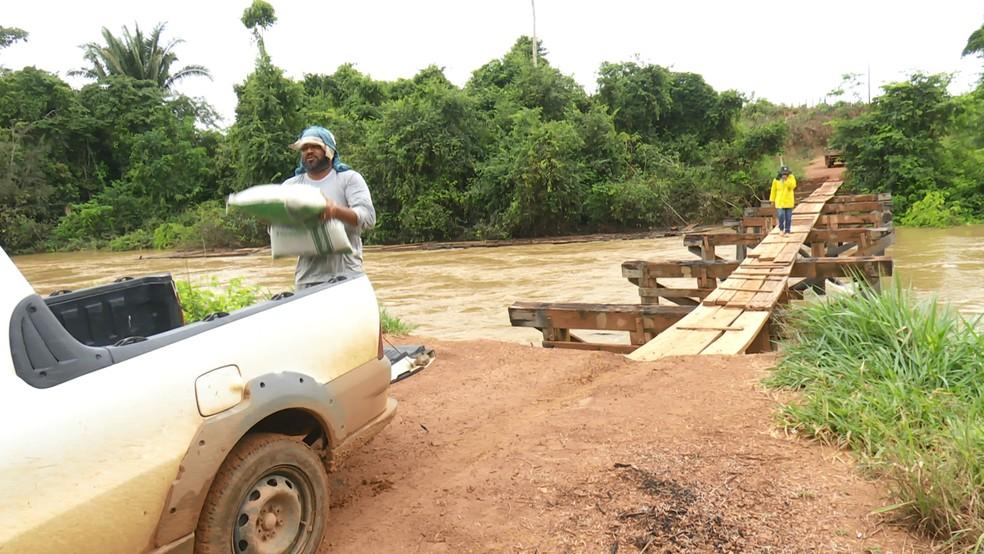 Para evitar dar volta de até 40 quilômetros, Gilmar prefere passar pela travessia improvisada.  — Foto: Rede Amazônica/Reprodução