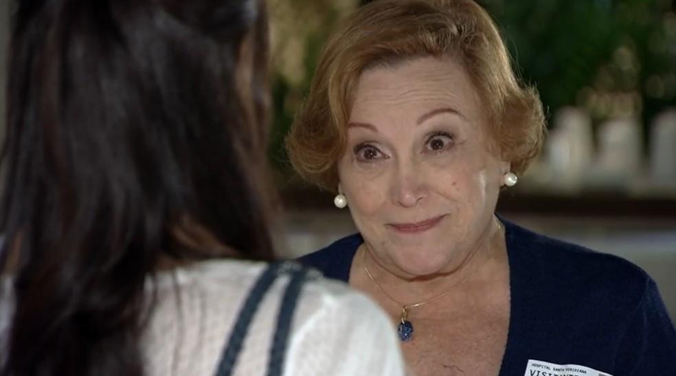 Iná (Nicette Bruno) conversa com Manuela (Marjorie Estiano) sobre Ana (Fernanda Vasconcellos) em 'A Vida da Gente' — Foto: Globo