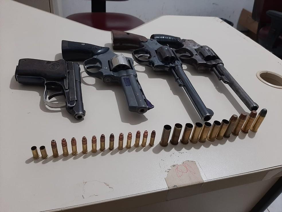 Armas encontradas com os indígenas que morreram na fronteira — Foto: Gefron/MT