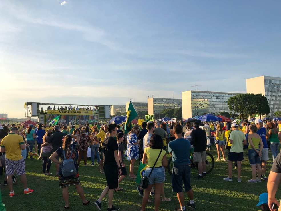 Manifestantes se concentraram na Esplanada dos Ministérios na tarde deste sábado (9) — Foto: Paloma Rodrigues/TV Globo