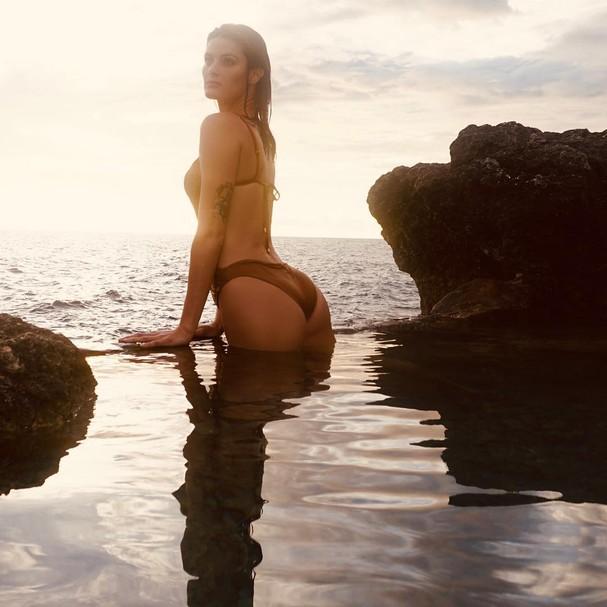 Isabelli Fontana posa sem retoques na Jamaica (Foto: Reprodução / Instagram)