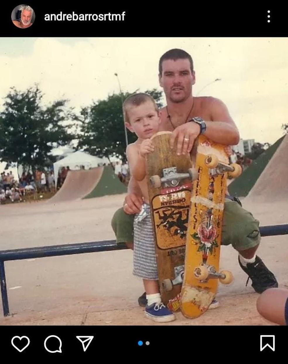 Foto publicada em rede social mostra Pedro Barros e o pai juntos em uma pista de skate — Foto: Reprodução/Redes Sociais