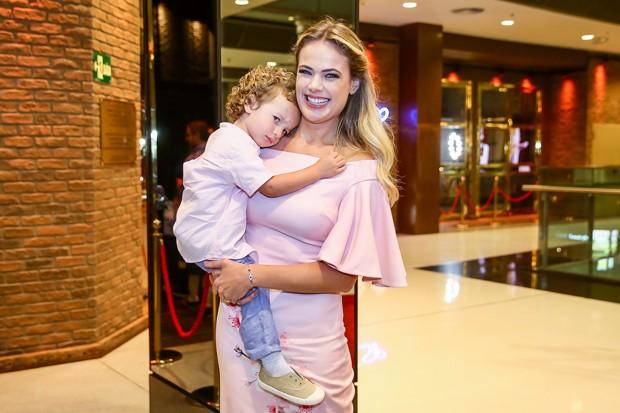 Thais Pacholek e o filho, Luis Miguel (Foto: Manuela Scarpa/Brazil News)