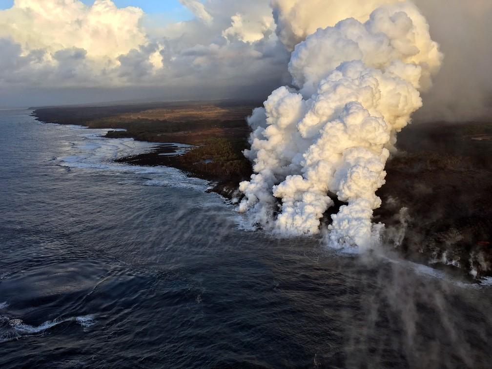 Encontro da lava do Kilauea com o mar forma colunas de vapor (Foto: HO / US GEOLOGICAL SURVEY / AFP)