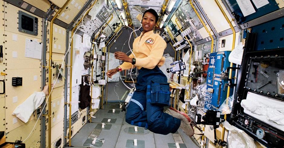 Mae Jemison no espaço (Foto: Wikimedia Commons)