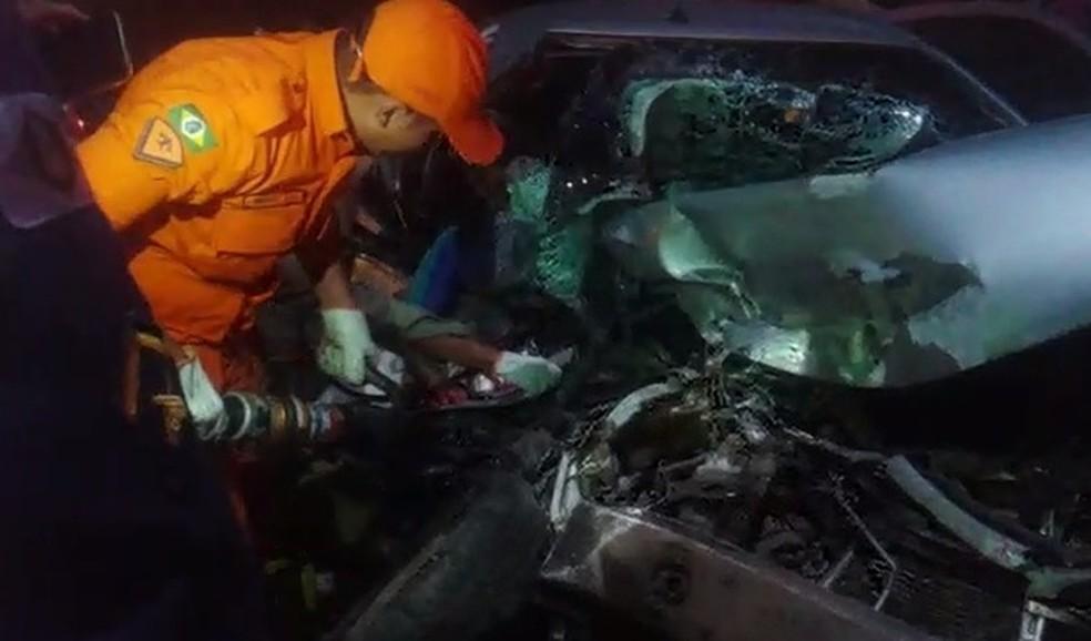 Dois passageiro do carro morreram na hora do acidente em Itapipoca (Foto: Reprodução/TVM)