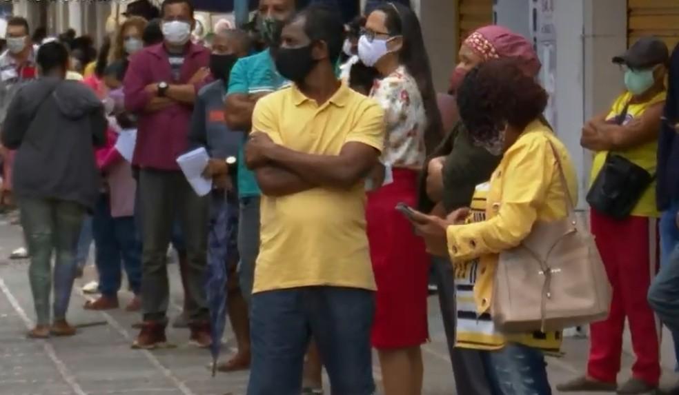 Fila para saque do auxílio emergencial em Ilhéus neste sábado (1º) — Foto: Reprodução/TV Bahia