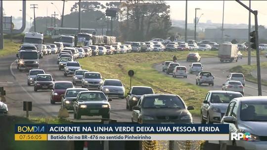 Homem se fere em acidente entre moto e carro na Linha Verde, em Curitiba