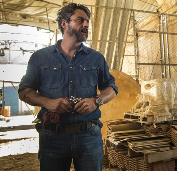 Caracterizado como Pedro, o ator Alexandre Nero grava cenas em fábrica de bentonita (Foto: Divulgação/TV Globo)