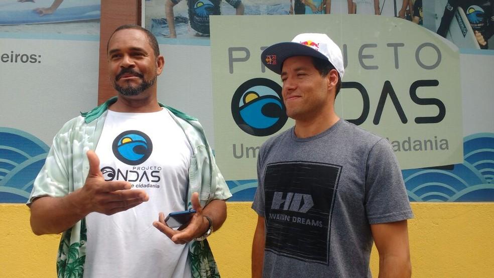 Jojó de Olivença e Adriano de Souza durante evento em Guarujá (Foto: Leonardo Zanotti / TV Tribuna)