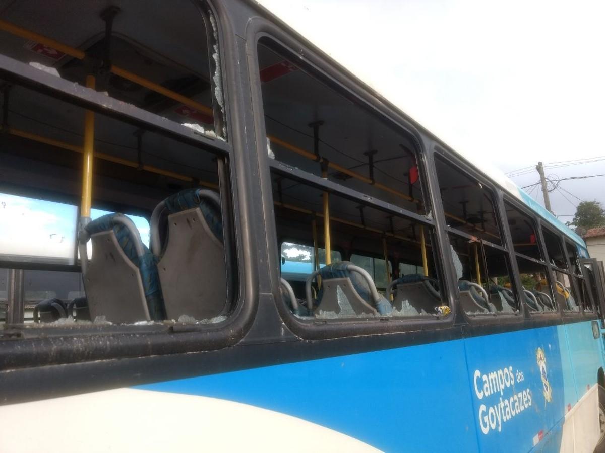 Ônibus são depredados durante protesto de moradores em Campos, no RJ