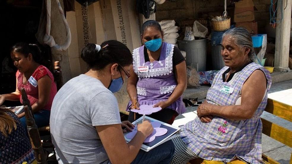 No México, ONG Pure Earth ajuda trabalhadores da cerâmica a fazer a transição para esmaltes sem chumbo — Foto: PURE EARTH MÉXICO via BBC