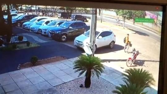 Vídeo mostra suspeito bloqueando tranca automática de carro e furtando bolsas do veículo