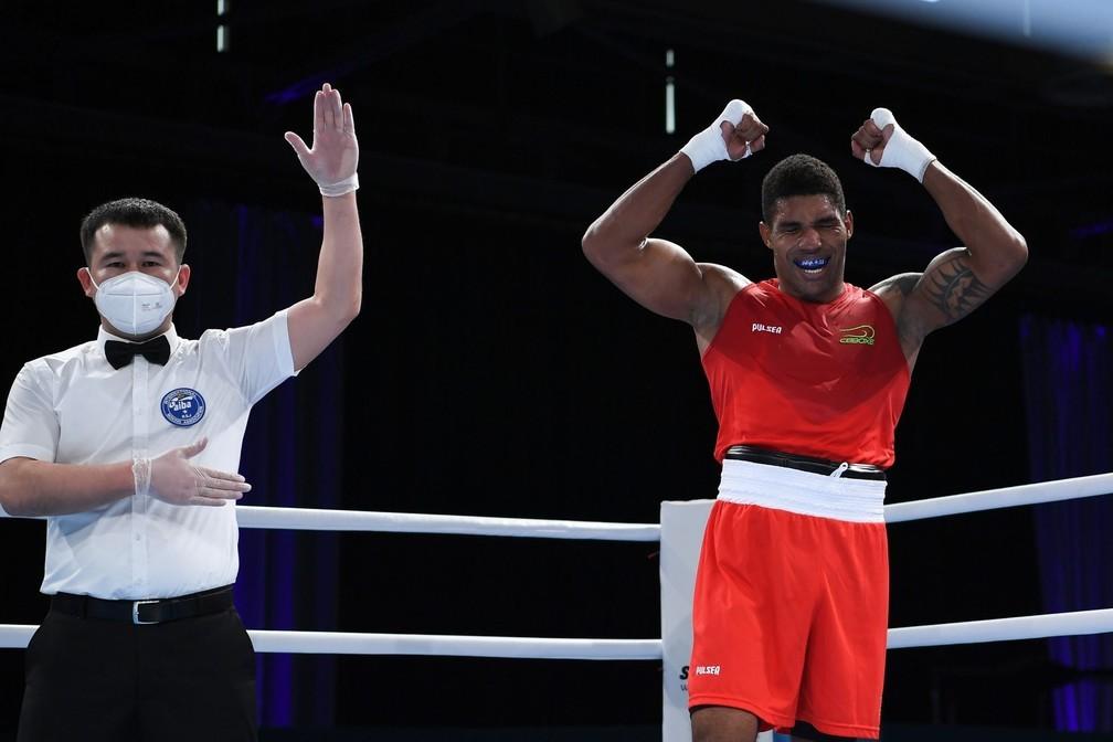 Mãe de Abner Ferreira diz que lutador está confiante para vaga na final do boxe olímpico: 'Oramos por telefone'