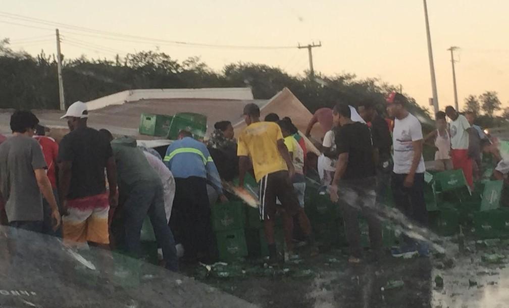 Caminhão tomba e carga de cerveja é saqueada na BR-116 — Foto: Katia Batista