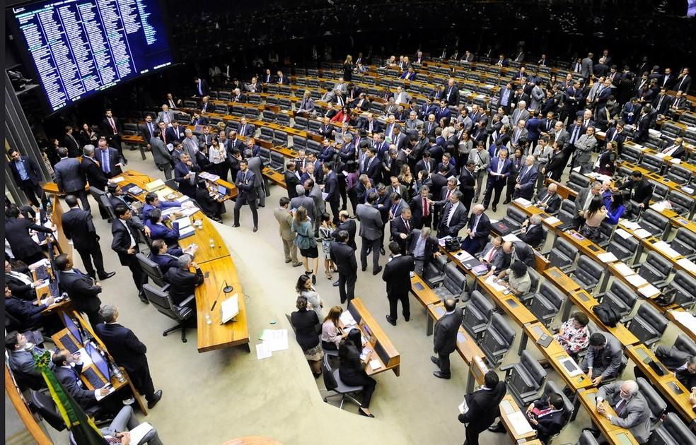Deputados e senadores reunidos no plenário do Congresso durante a sessão da madrugada desta quinta-feira (12/7) (Foto: Jonas Pereira/Agência Senado)