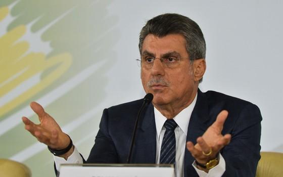 Romero Jucá em entrevista coletiva nesta segunda-feira. Mais tarde, ele anunciou que estava licenciando do cargo de ministro do Planejamento (Foto: Antonio Cruz/ABr)