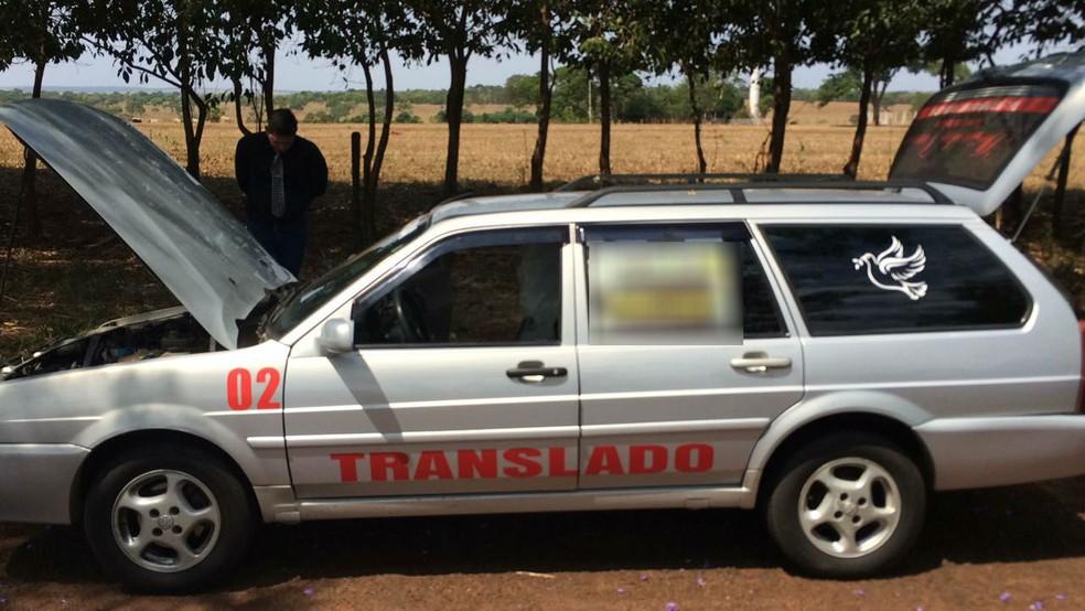 Veículo tinha plotagem como se fosse carro funerário, mas não havia nome de empresa  (Foto: Polícia Rodoviária Estadual/Divulgação)