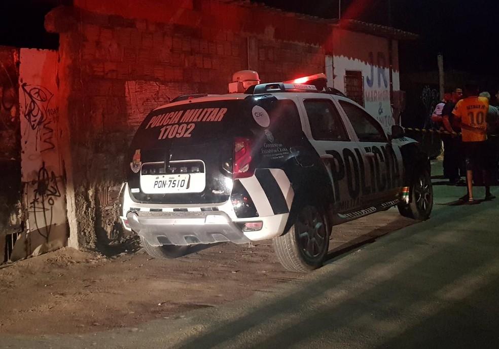 Homem sem identificação é encontrado morto dentro de terreno em Fortaleza. — Foto: Rafaela Duarte/ Sistema Verdes Mares