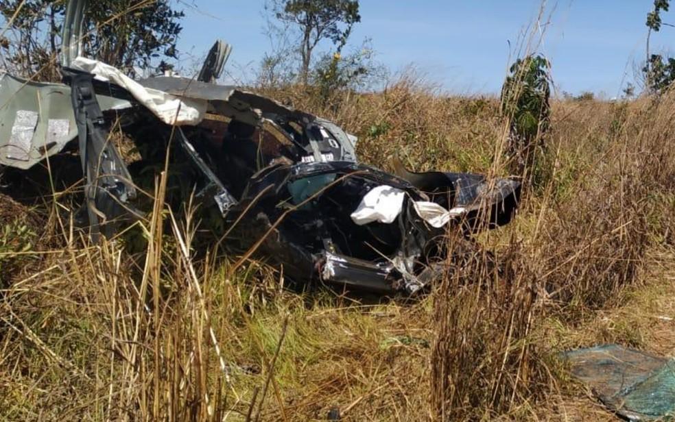 Carro das vítimas ficou totalmente destruído — Foto: Divulgação/Corpo de Bombeiros
