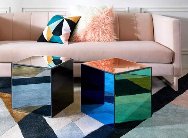 A cor neutra do sofá vai bem com o colorido das almofadas (Foto: Amazon/ Reprodução)