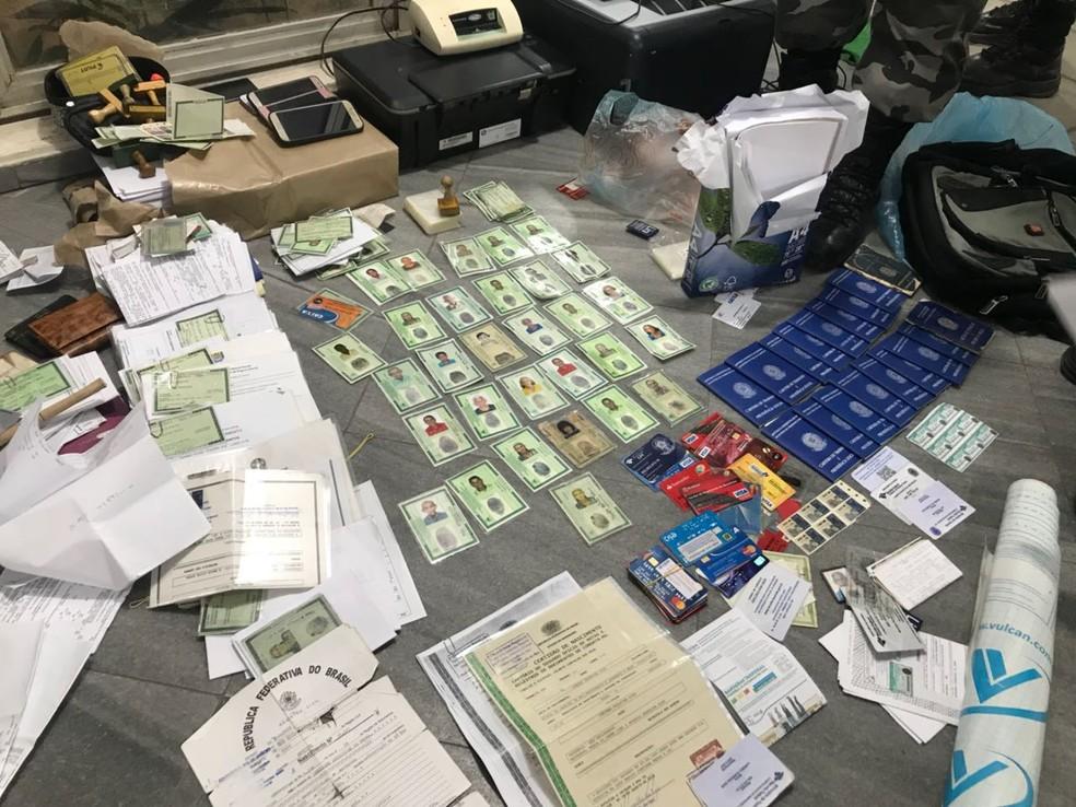Documentação falsa apreendida na Zona Sul de Natal (Foto: Clayton Carvalho/Inter TV Cabugi)