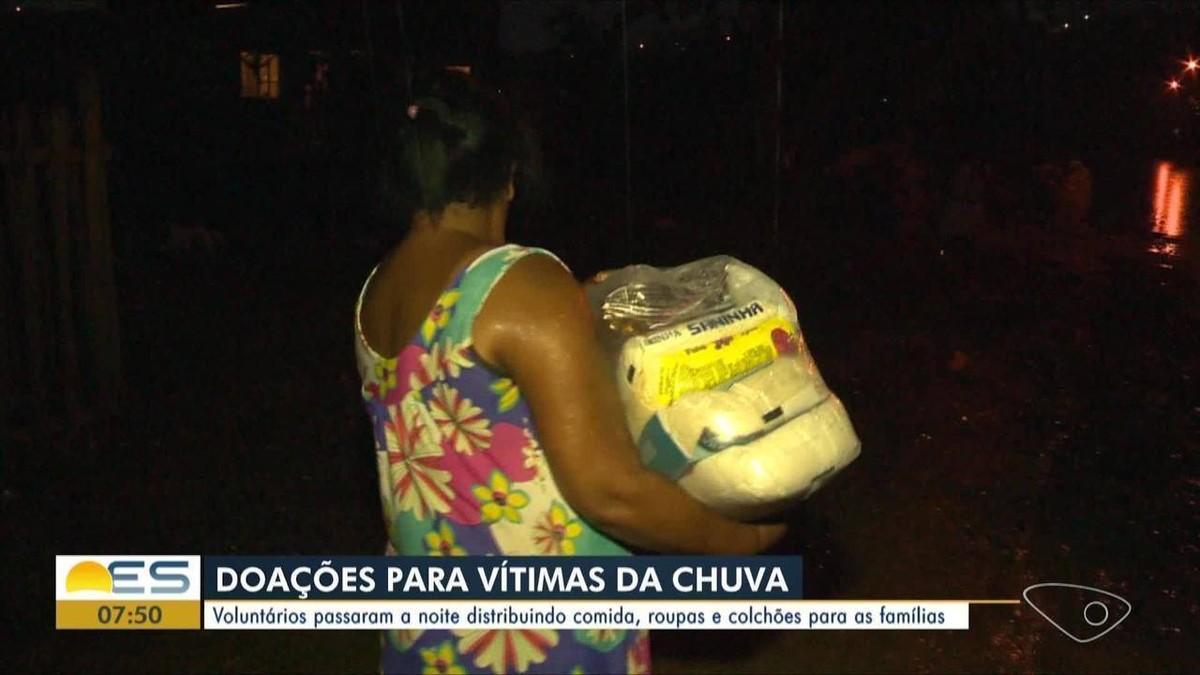 Voluntários distribuem doações para afetados pela chuva em Cariacica, ES - G1