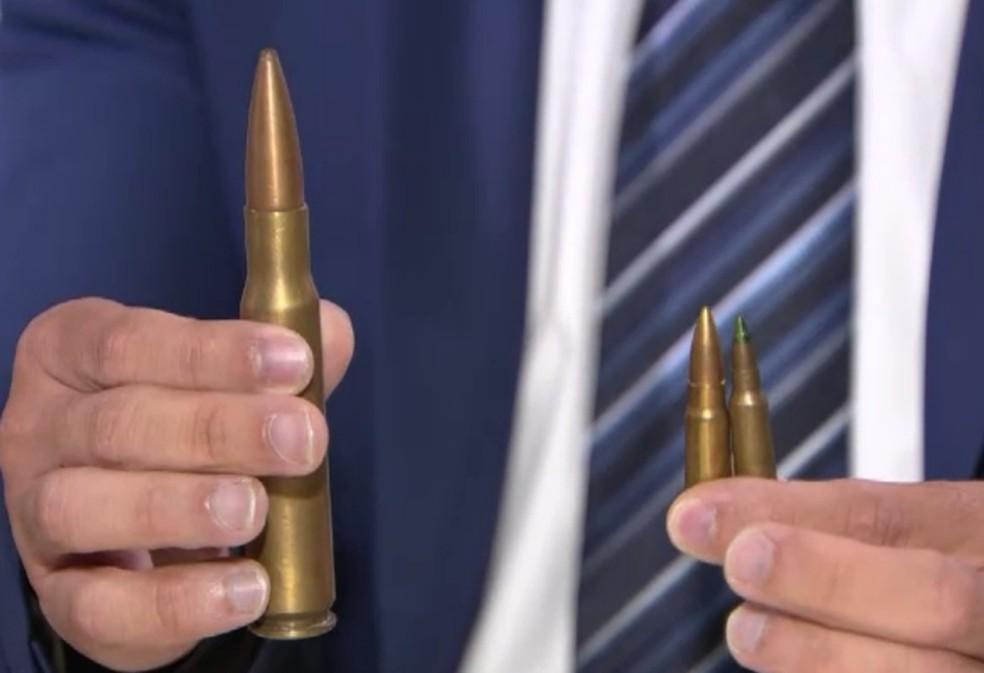 Delegado mostra o tamanho da munição de fuzil .50 em comparação a outras armas (Foto: Reprodução/Tv Globo)