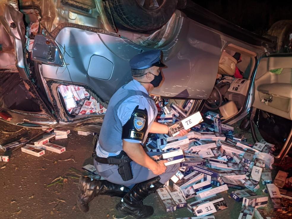 Caminhonete furtada estava carregada de cigarros contrabandeados — Foto: Polícia Rodoviária