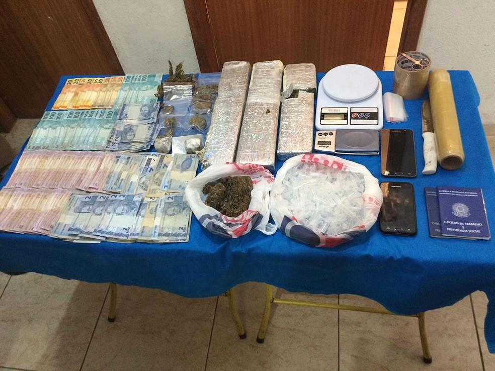 """Dinheiro e drogas foram apreendidos durante ação da operação """"Epílogo"""" nesta terça (18) em Juiz de Fora — Foto: Polícia Militar/Divulgação"""