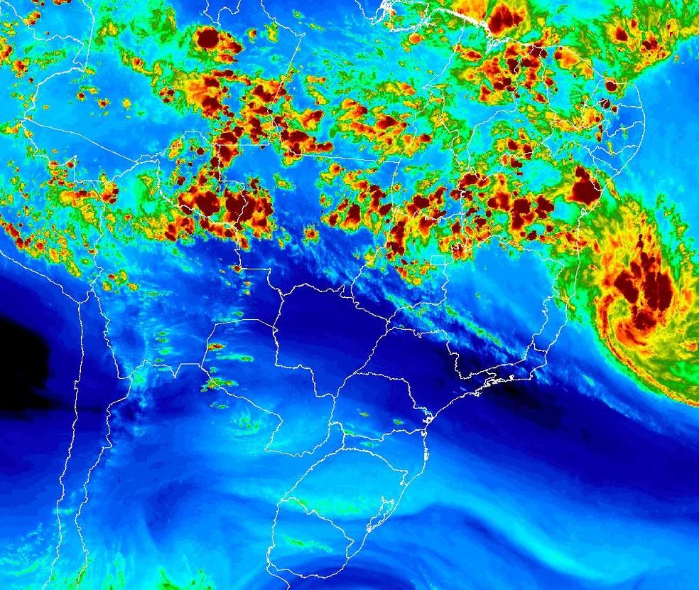 Imagem mostra tempestade tropical Iba próxima à costa brasileira — Foto: INMET