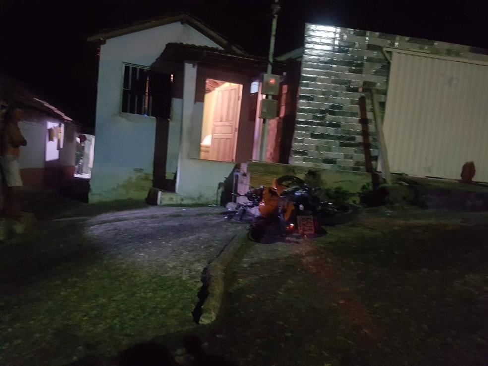 Três homens invadiram casa e atiraram contra jovem que dormia abraçado ao filho, ambos morreram — Foto: Polícia Civil/Divulgação