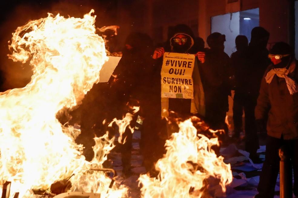 Pessoas protestam em Paris neste sábado (5) para denunciar a violência policial e os planos da política de segurança  — Foto:  Reuters/Gonzalo Fuentes