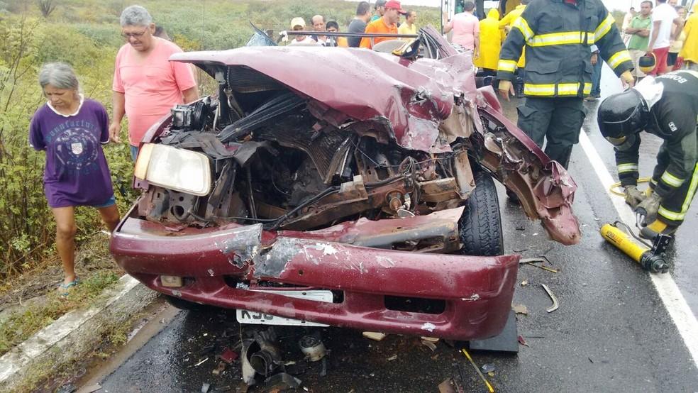 Carro ficou destruído com a força do impacto (Foto: Francisco Coelho)