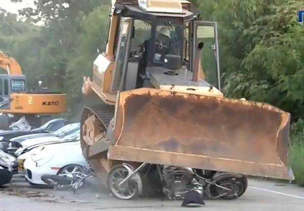 Carros são destruídos nas Filipinas (Foto: Reprodução/BBC News Brasil)