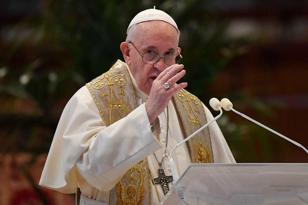 Papa Francisco na Basílica de São Pedro no domingo de Páscoa; pontífice ligou para o arcebispo de São Paulo para saber qual é a situação da pandemia — Foto:  Andreas Solaro / Reuters