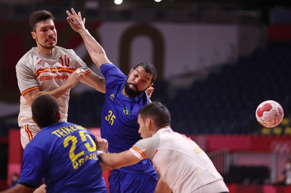 Thiago Ponciano em ação contra a Espanha no handebol — Foto: Reuters