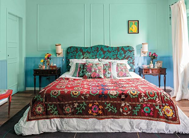 A base mais calma, com verde e azul lavados, permitiu à designer de interiores Neza Cesar ousar nas estampas da cama. A cabeceira de veludo faz contraste com as almofadas e a manta. Repare que todos os desenhos, apesar de diferentes, são florais (Foto: Victor Affaro/Editora Globo)