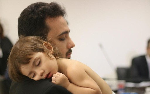Deputado estadual do Maranhão participa de reunião com filha bebê no colo e viraliza