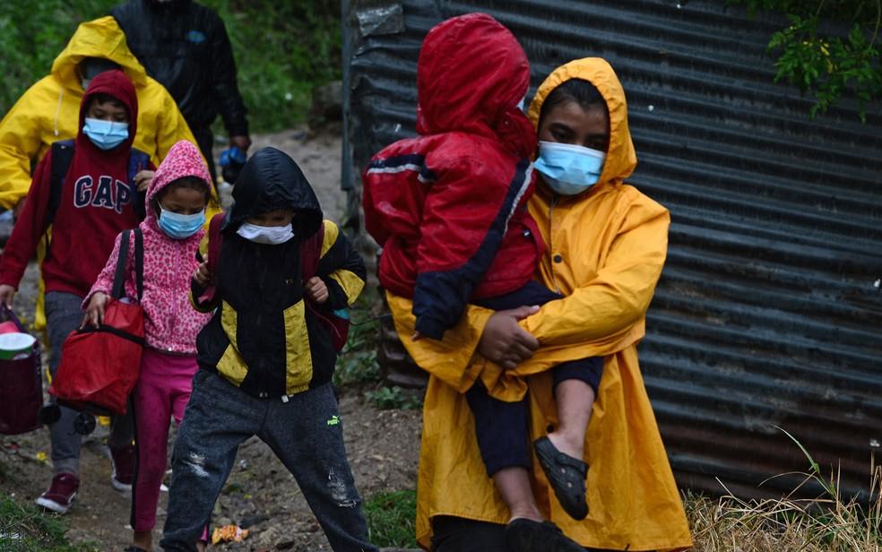 Moradores são retirados de suas casas em áreas de risco por causa da aproximação do furacão Iota, em Tegucigalpa, em Honduras, na terça-feira (17) — Foto: Orlando Sierra/AFP