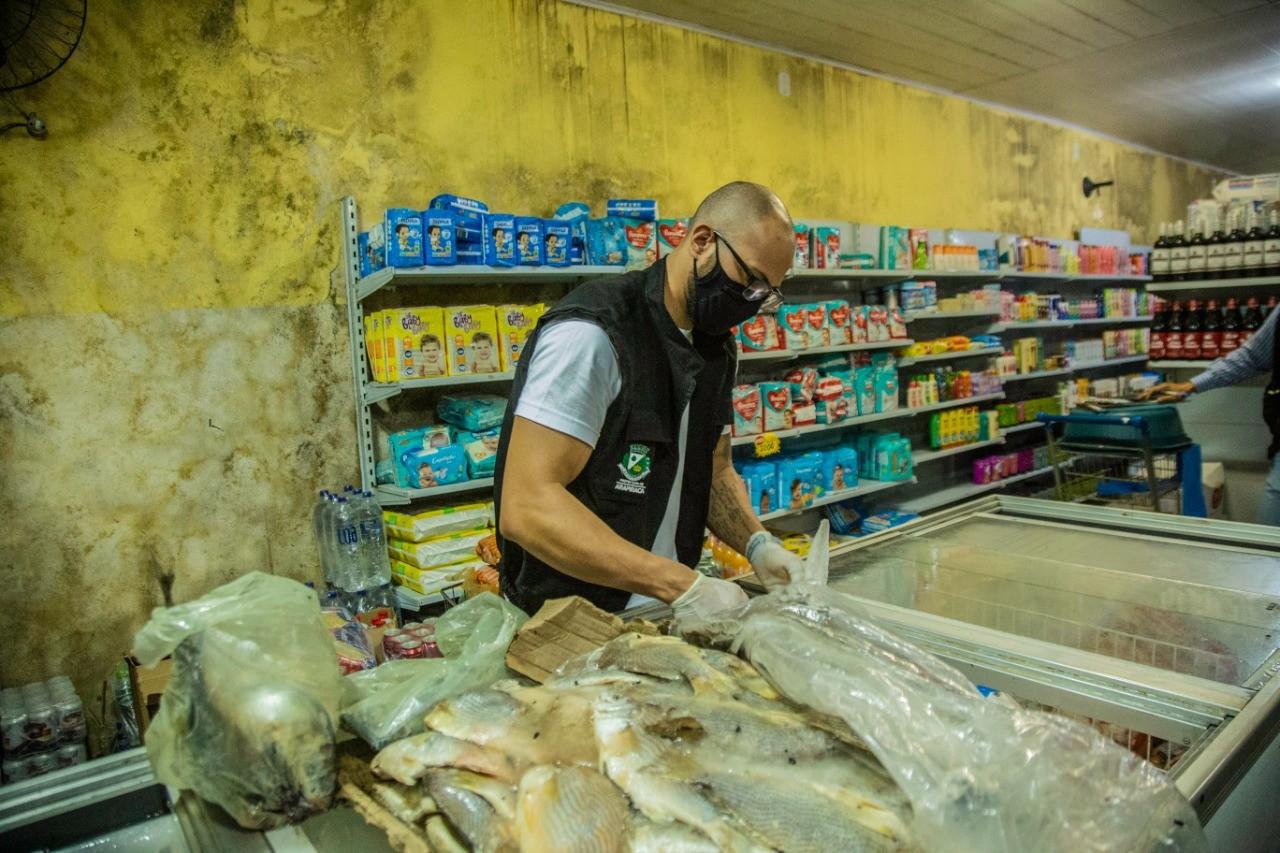 Vigilância Sanitária flagra carnes e peixes em decomposição em supermercado em Arapiraca