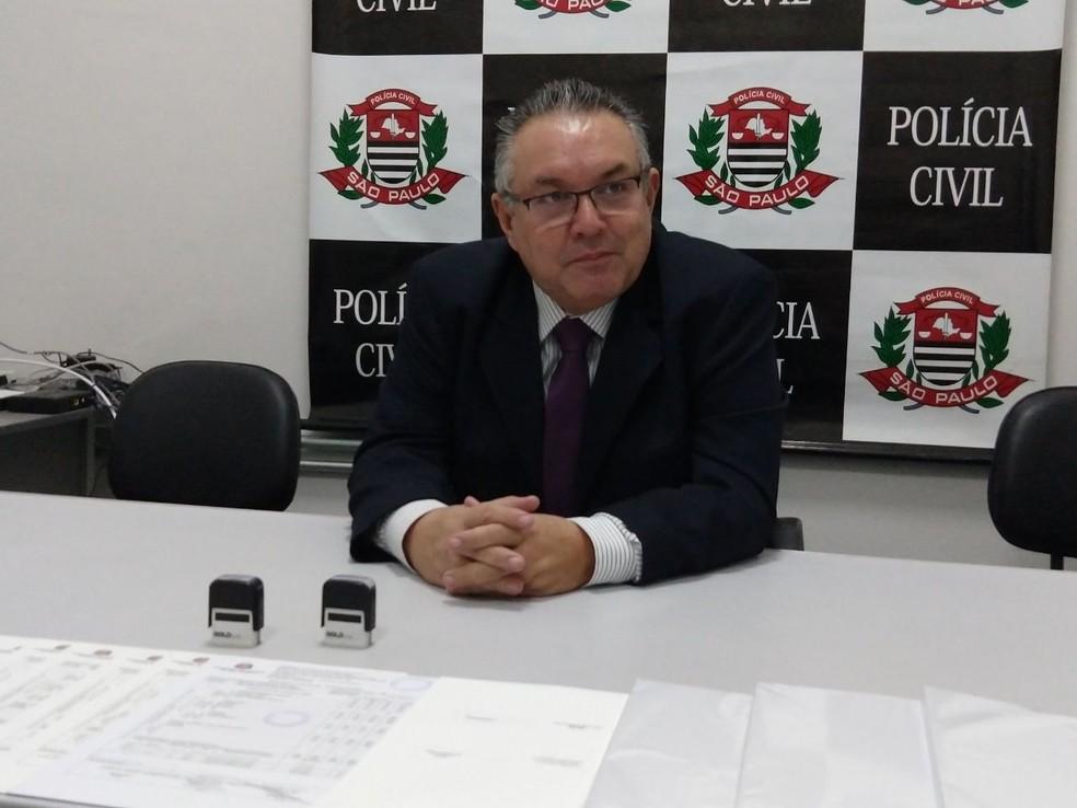 Segundo o delegado Acácio Leite, polícia vai investigar participação de outras pessoas no esquema de falsificação (Foto: Natália de Oliveira/G1)