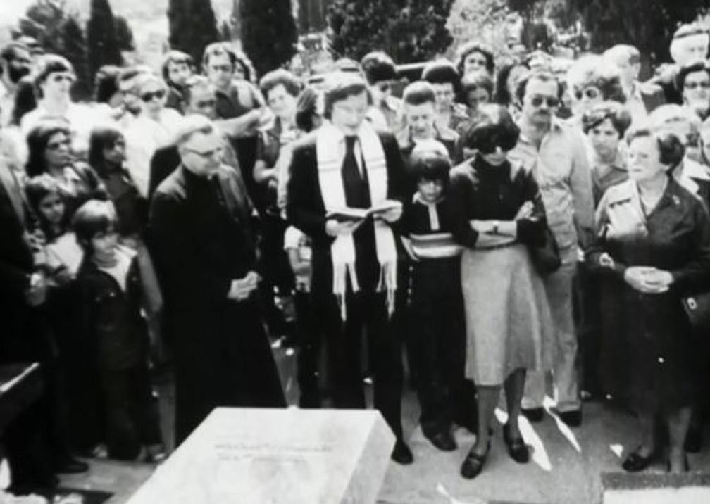 Cerimônia de enterro de Vladimir Herzog realizada por Henry Sobel — Foto: Elvira Alegre/Reprodução/TV Globo