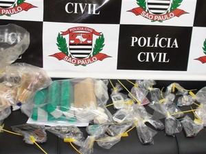 Polícia apreendeu drogas, dinheiro, armas e veículos em Barretos (Foto: Divulgação/ Polícia Civil)