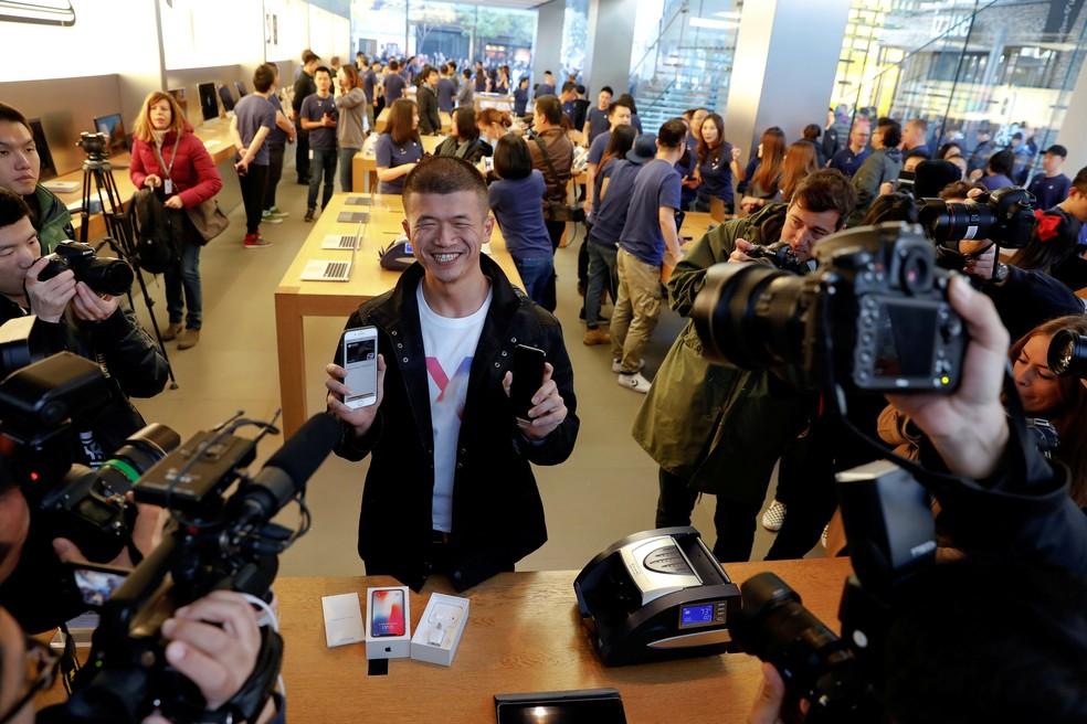 Primeiro cliente a comprar o iPhone X em Pequim (Foto: REUTERS/Damir Sagolj)