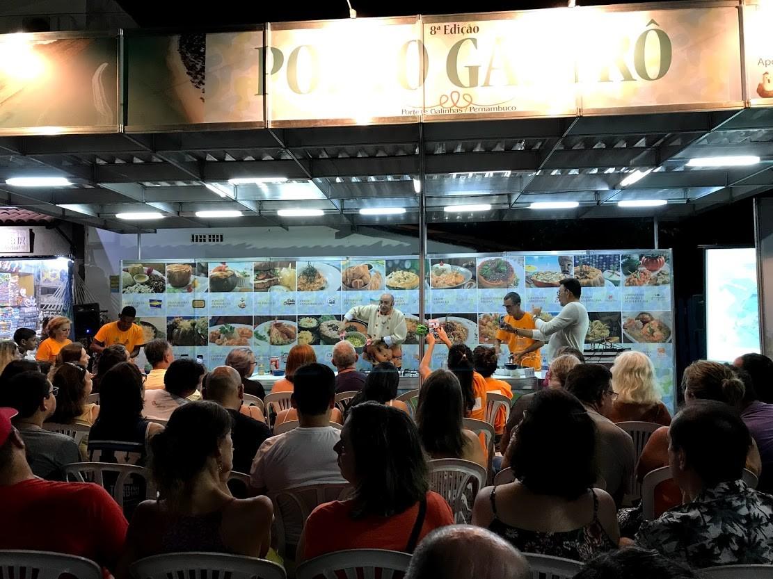 Chef César Santos, de Olinda, preparou arroz caboclo com camarão diante da plateia na praça