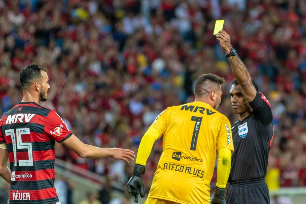 """Presidente do Flamengo chama arbitragem de """"calamitosa"""" e promete queixa na CBF"""