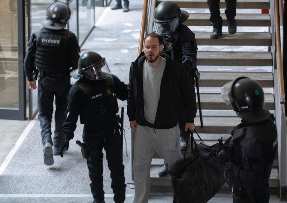 Pablo Hasel é detido pela polícia, em 16 de fevereiro de 2021 — Foto: Lorena Sopena/Reuters