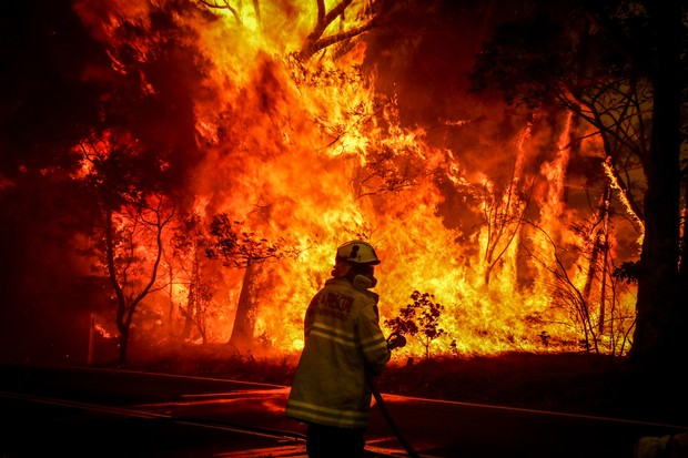 SYDNEY, AUSTRALIA - DECEMBER 19: Fire and Rescue personnel prepare to use a hose in an effort to extinguish a bushfire as it burns near homes on the outskirts of the town of Bilpin on December 19, 2019 in Sydney, Australia. NSW Premier Gladys Berejiklian  (Foto: Getty Images)